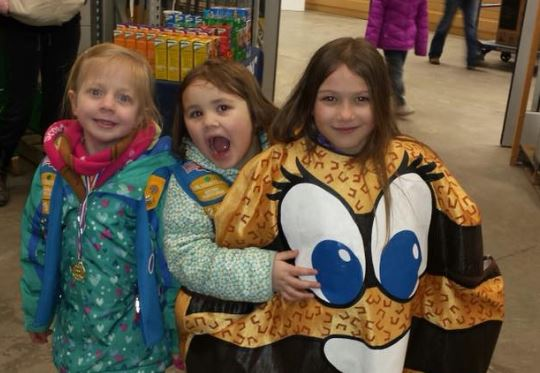 Daisy Girl Scouts Selling Cookies